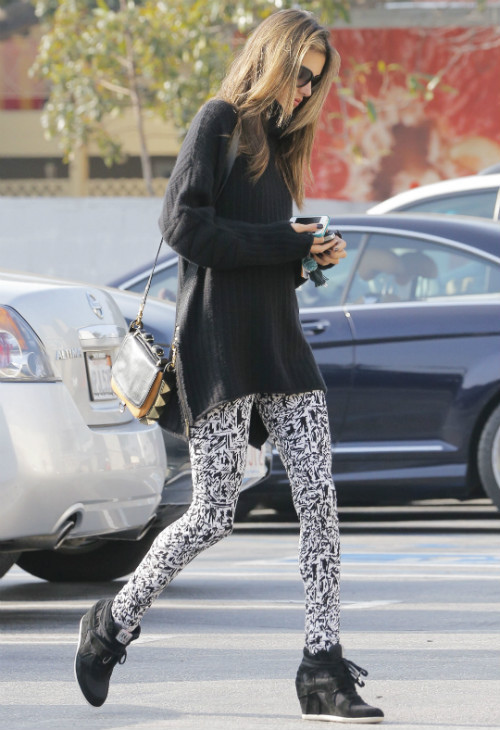 alessandra-ambrosio-out-about-pic114384.jpg