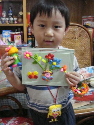 他堅持他的美勞作品和海棉寶寶的香包要一起拍