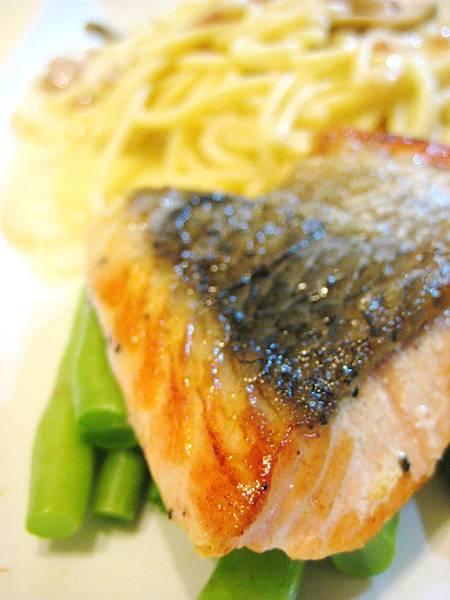 白醬鮭魚義大利麵