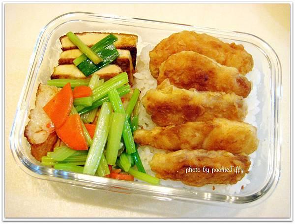 花枝甜不辣炒芹菜+紅燒豆腐+酥炸鯛魚便當