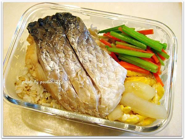 清蒸草魚+洋蔥炒蛋+清炒芹菜紅蘿蔔+茼蒿豆腐味噌湯+十穀飯