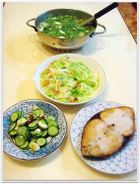 乾煎土魠魚+清炒高麗菜+涼扮小黃瓜+豆腐茼蒿味噌湯