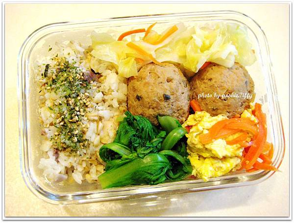 脆瓜肉球+紅蘿蔔炒蛋+清炒高麗菜+清燙茼蒿