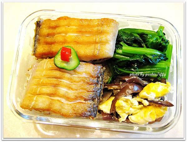 酥煎白帶魚+水炒波菜+木耳炒蛋+涼拌小黃瓜