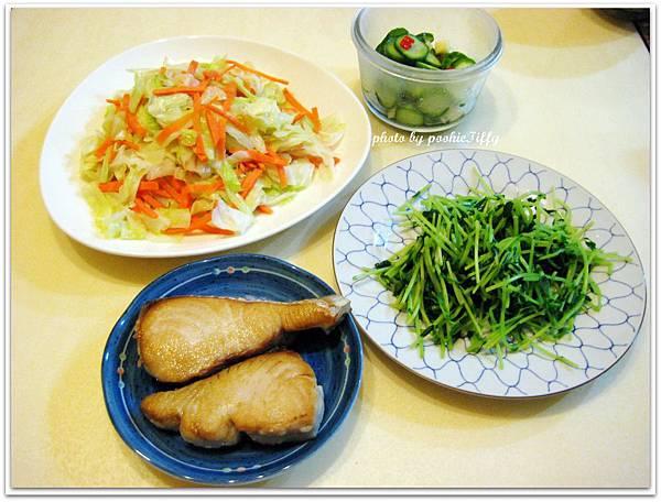 香煎土魠魚+炒高麗菜+燙綠豆苗+涼拌小黃瓜