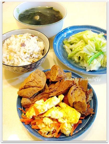 金針豬肉捲+水炒高麗菜+紅蘿蔔炒蛋