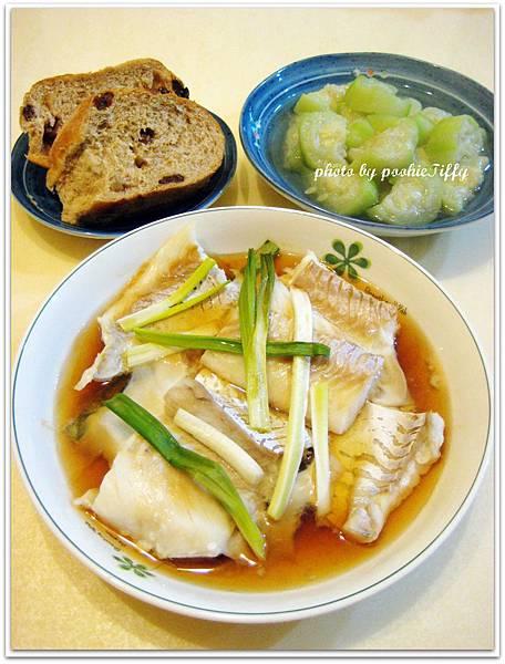 清蒸鱈魚+水煮絲瓜+全麥蘿蔔乾麵包