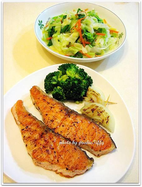 鹽烤鮭魚+清燙青花菜+水炒高麗菜