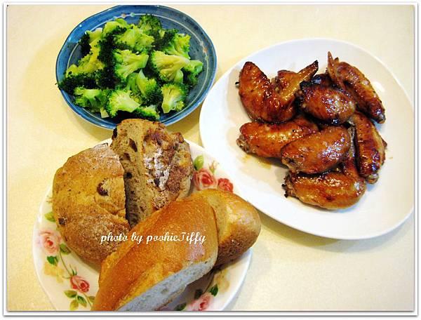 全麥雜糧麵包+烤雞翅+清蒸花椰菜
