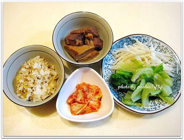 辣滷豆干豬肉+燙青菜+水炒豆芽菜+韓式泡菜+十穀米