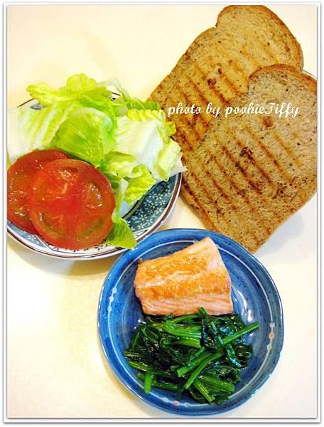 全麥吐司兩片+蘿蔓生菜三大片+牛蕃茄兩大片+煎鮭魚一小塊+炒波菜1/2小盤