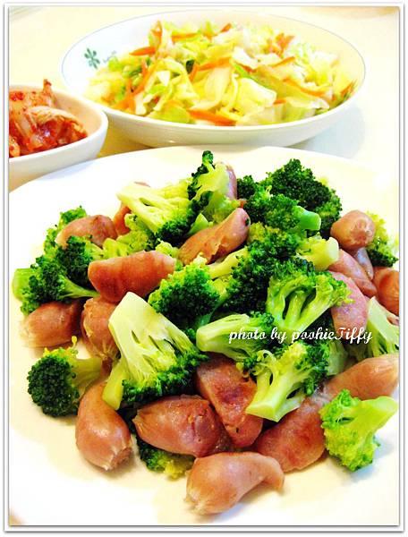 綠花椰菜炒嘟嘟蒜味小香腸+水炒高麗菜+韓式泡菜