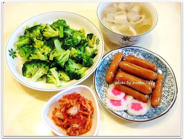 水煮德國煙燻原味小香腸+清燙花椰菜+韓式泡菜+筍子湯