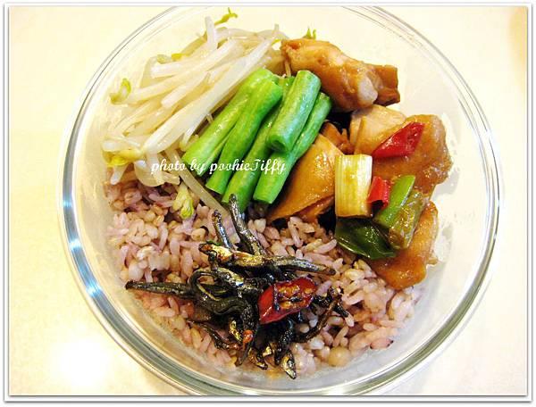 蔥燒雞腿肉, 清燙四季豆, 水炒豆芽菜, 香辣小魚乾