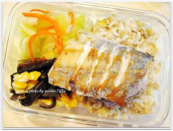 乾煎白帶魚+水炒高麗菜+木耳炒蛋