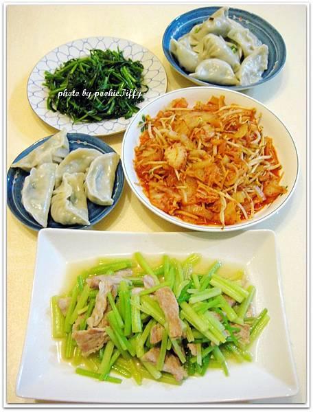 韭菜冬粉水餃+水炒空心菜+洋蔥豆芽炒韓式泡菜+豬頸肉炒芹菜