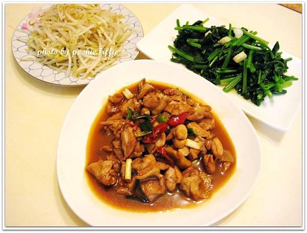 今日特餐 : 蔥燒雞腿+水炒黑胡椒豆芽菜+蒜香波菜
