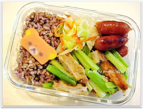 牛蒡甜不辣炒芹菜+嘟嘟小香腸+水炒高麗菜