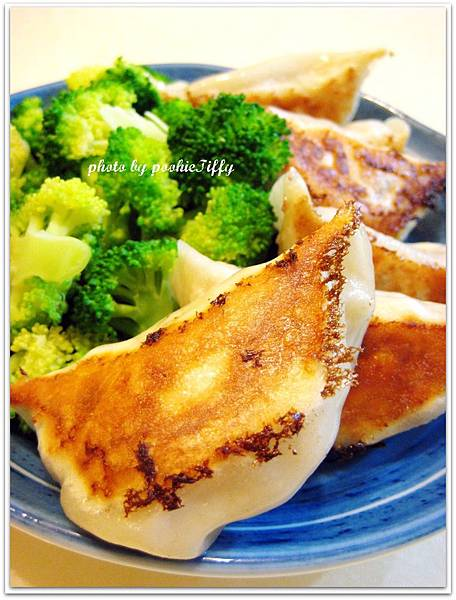 媽媽自製高麗菜煎餃+清燙花椰菜
