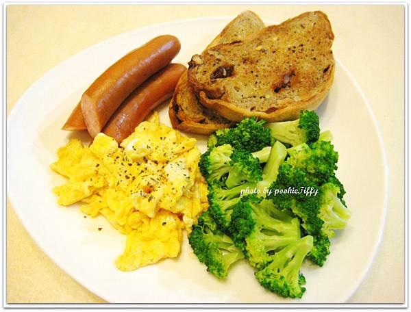 雜糧葡萄乾麵包佐手工香蒜奶油醬+水煮德式香腸+香料炒蛋+清燙花椰菜