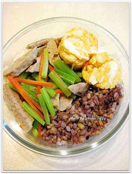 貢丸炒芹菜+煎牛奶蛋球+十穀飯