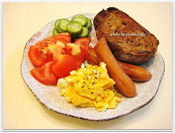 雜糧五穀麵包兩片100g烤手工香蒜奶油+水煮德式香腸兩小條+香料炒蛋一顆+牛蕃茄一顆