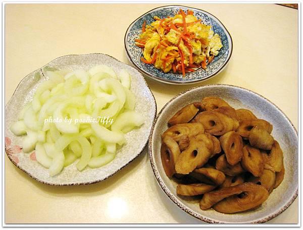 紅燒麵腸+水炒大黃瓜+紅蘿蔔炒蛋