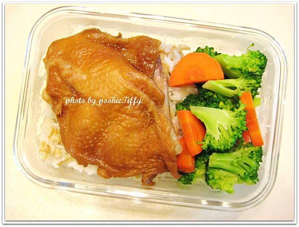 清燙蘿蔔花椰菜+滷雞腿排