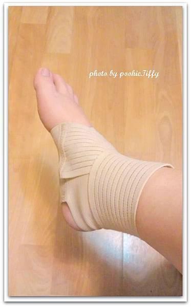 固定扭傷的右腳