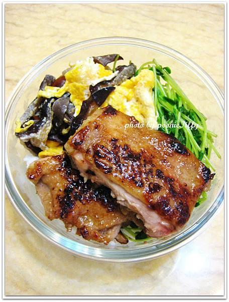 醬烤雞腿排+清燙小豆苗+木耳炒蛋