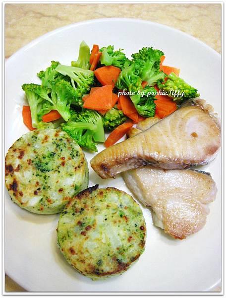 乾煎土魠魚+清燙紅蘿蔔花椰菜+烤蔬菜馬玲薯餅