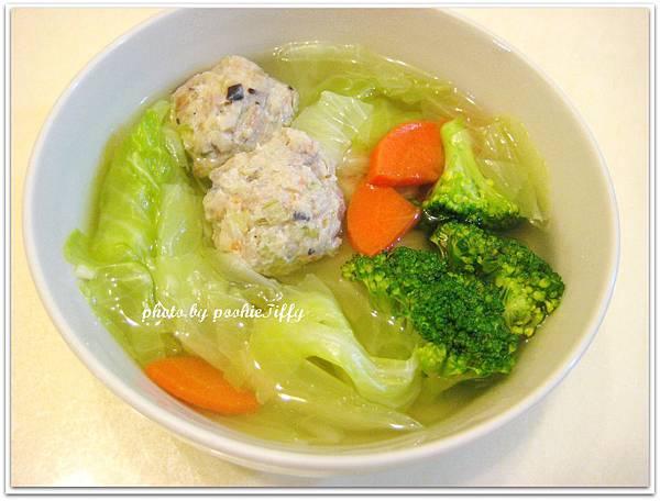 清爽蔬菜湯 (高麗菜+紅蘿蔔+綠花椰菜+媽媽自製蔬菜魚丸)