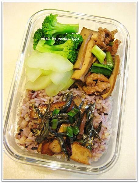 豆干炒肉絲+清燙花椰菜+水炒大黃瓜