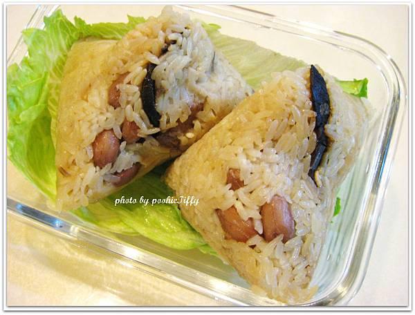 媽媽包的超豪華粽子(內餡有 : 花生, 栗子, 蛋黃, 黑豬肉, 花菇)