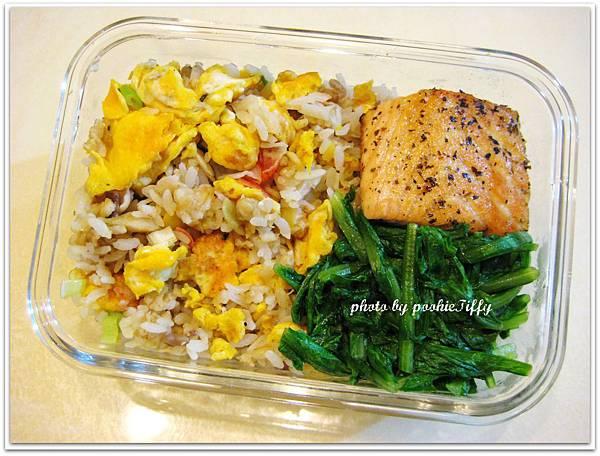 蟹肉棒蛋炒飯+香料烤鮭魚+清燙A菜