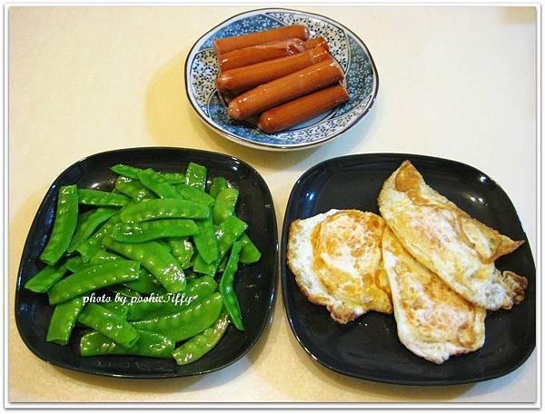 清炒荷蘭豆+水煮德式香腸+酥煎荷包蛋