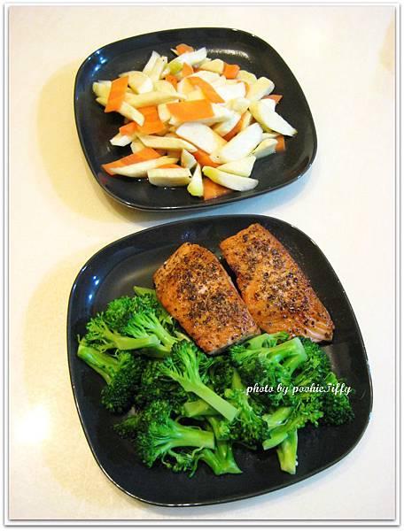 香料烤鮭魚排+清炒皎白筍+清燙花椰菜+糙米飯