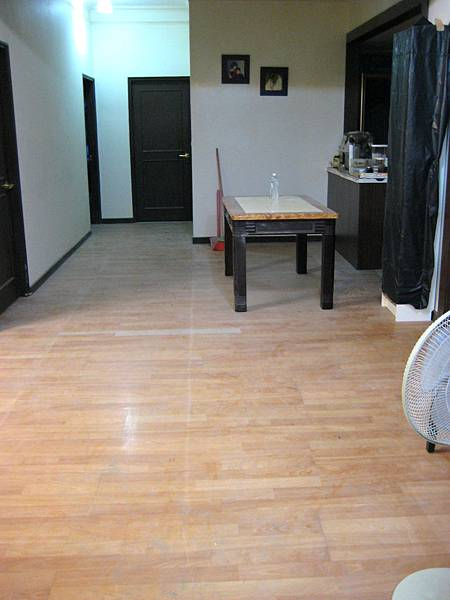 Day7 - 今天完成地壁磚補土作業, 牆壁修補完整, 天花板施作, 浴門安裝 (1)
