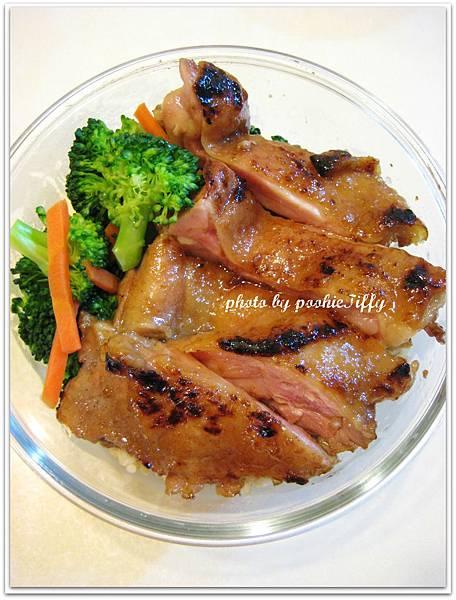 嫩烤雞腿排+清燙紅蘿蔔花椰菜+糙米飯