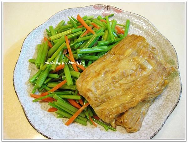 嫩煎豆包+清炒紅蘿蔔芹菜