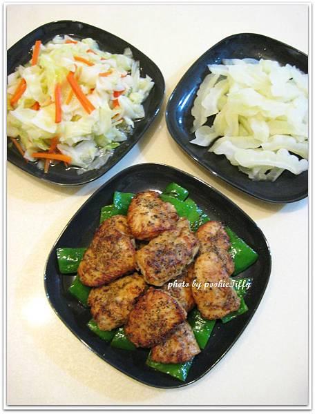 嫩煎香料雞里肌+清炒高麗菜+清燙苦瓜