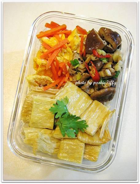 椒鹽鮮香菇+氣炸豆包+紅蘿蔔炒蛋