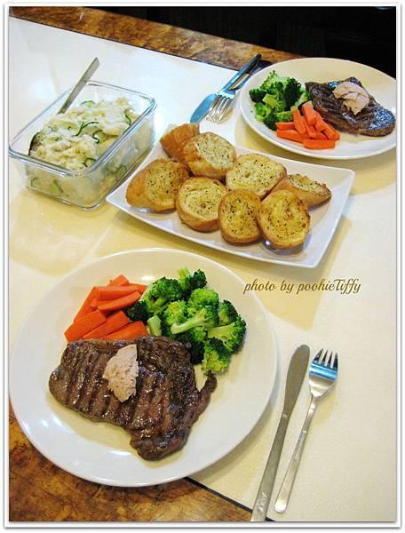 【鵝肝醬菲力牛排。酥烤香蒜法國麵包。清燙紅蘿蔔/花椰菜。小黃瓜馬玲薯沙拉】