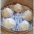 南崁特易家居點水樓 【上海烤麩。涼拌小黃瓜。芹菜干絲。冰糖醬鴨。魯排骨麵。東坡肉。小籠包。上海鬆糕。奶黃包】