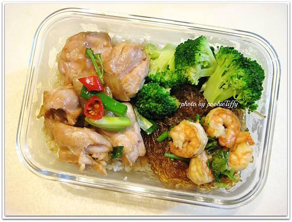 蝦仁冬粉煲。蔥爆去皮雞腿肉。清燙花椰菜