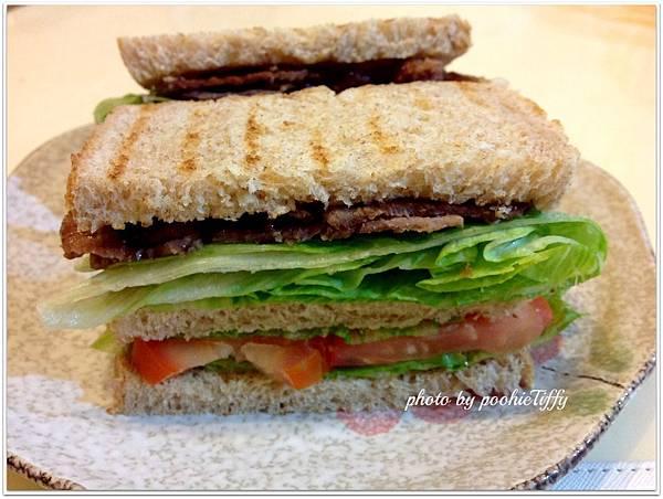 昨晚做的全麥吐司變身豪華版肉片三明治!!!