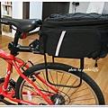 椅架上架了個馬鞍式後架, 這樣袋子展開的時候就不會拍打到輪子