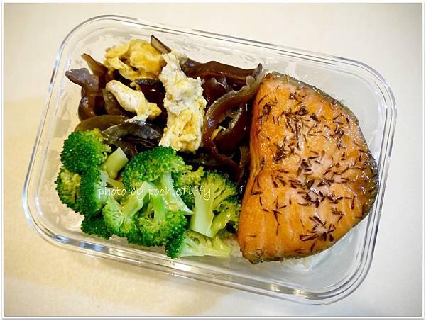 【百里香烤厚片鮭魚。清燙花椰菜。黑木耳炒蛋】