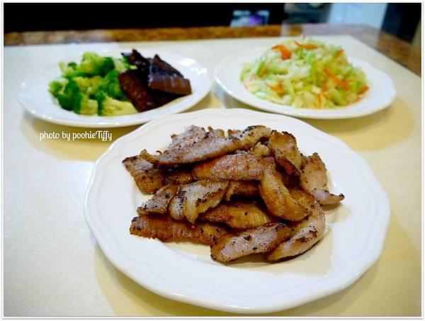 【浦燒秋刀魚。椒鹽松阪豬。清燙花椰菜。清炒高麗菜】