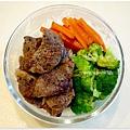 【嫩烤牛小排。黑胡椒烤紅蘿蔔。清燙花椰菜】